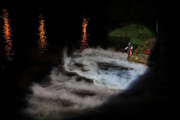 Photographie : Phoebe Meyer Performance  Extincteurs au CO2 - Rivière : Tarn Mai 2011 - Centre d'art Le Lait, Albi
