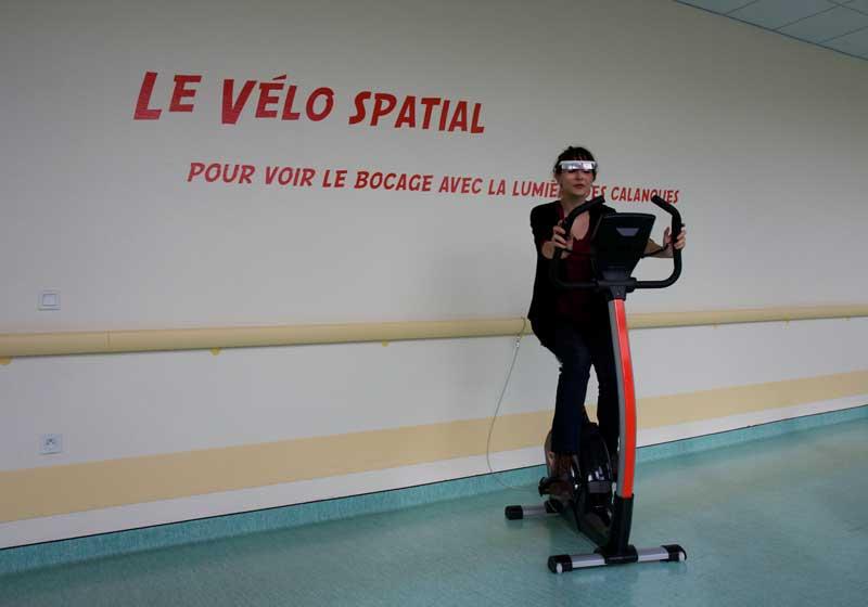 Détail du parcours : Le vélo spatial Installation en interaction avec son écosystème.  Photographie Thierry Boutonnier  Parcours santé artistique Autocollant - Découpe. Flers 2014