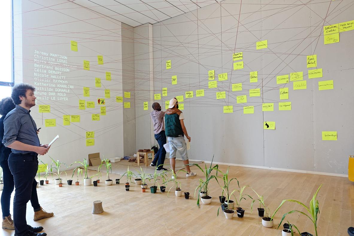 Photographie Blaise ADILON Sculpture sociale Plantations participative Fil de laine, pied de maïs, vidéoprojection, logiciel, feuille, feutre, agrafes, céramiques, Restitution à l'issue d'une master class. 2018  Musée d'art contemporain de Lyon