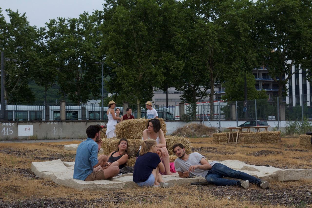 Photographie : Thierry Boutonnier  Fête de la fauche du Chanvre, lin, orge sur un substrat de compost.  Réalisée avec Fabriques Architectures et Paysage et intégrée dans le marché Gare dans le cadre des rénovations urbaines de Confluences.  2017,  Biennale d'Architecture de Lyon