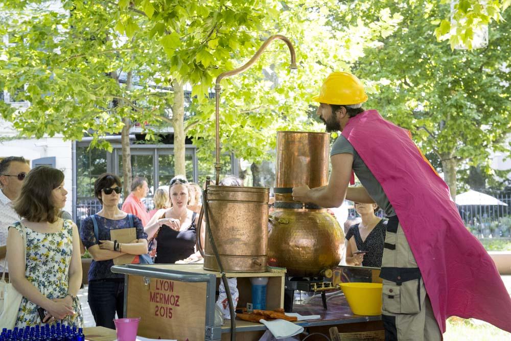 Sculpture sociale, plantations et distillations participatives, hydrolat de rose Depuis 2013 Photographie : Blandine Soulage- Rocca - Veduta / Biennale d'Art Contemporain 2017