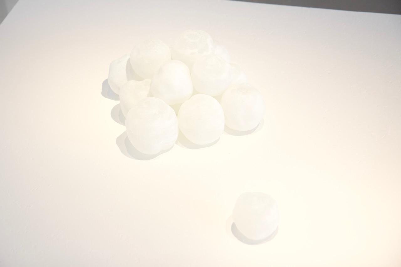 Sculpture de 14 boules des verres massif au ferret, poudre de verre blanc. Photo : Thierry Boutonnier 2018