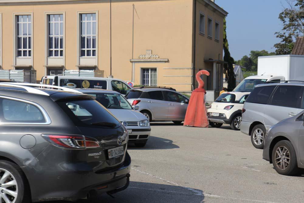 Le parking de la place Perdtemps. 22 août 2019 Photo : Solène Fraisse Organique Far° Arts vivants Nyon Août 2019