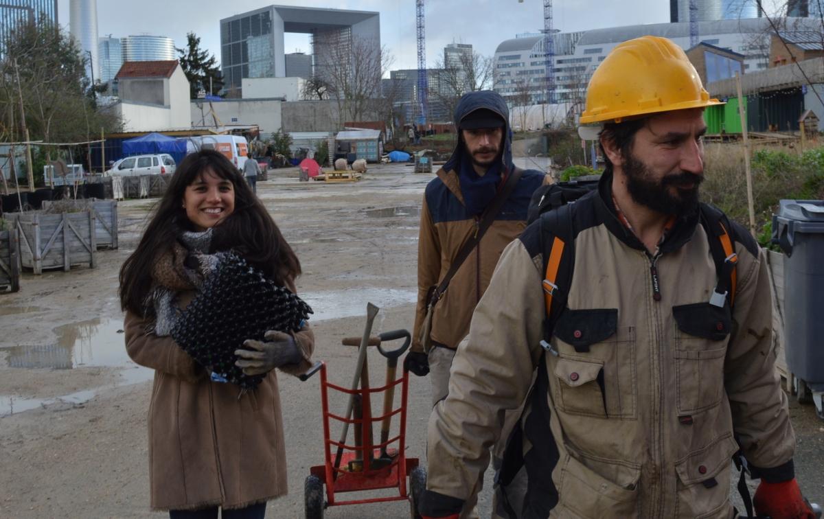 Action collective à la recherche de jeunes arbres dans un paysage ferral pour une résilience des paysages urbains février 2020 - Nanterre Photographie : Hanna Dermerseman