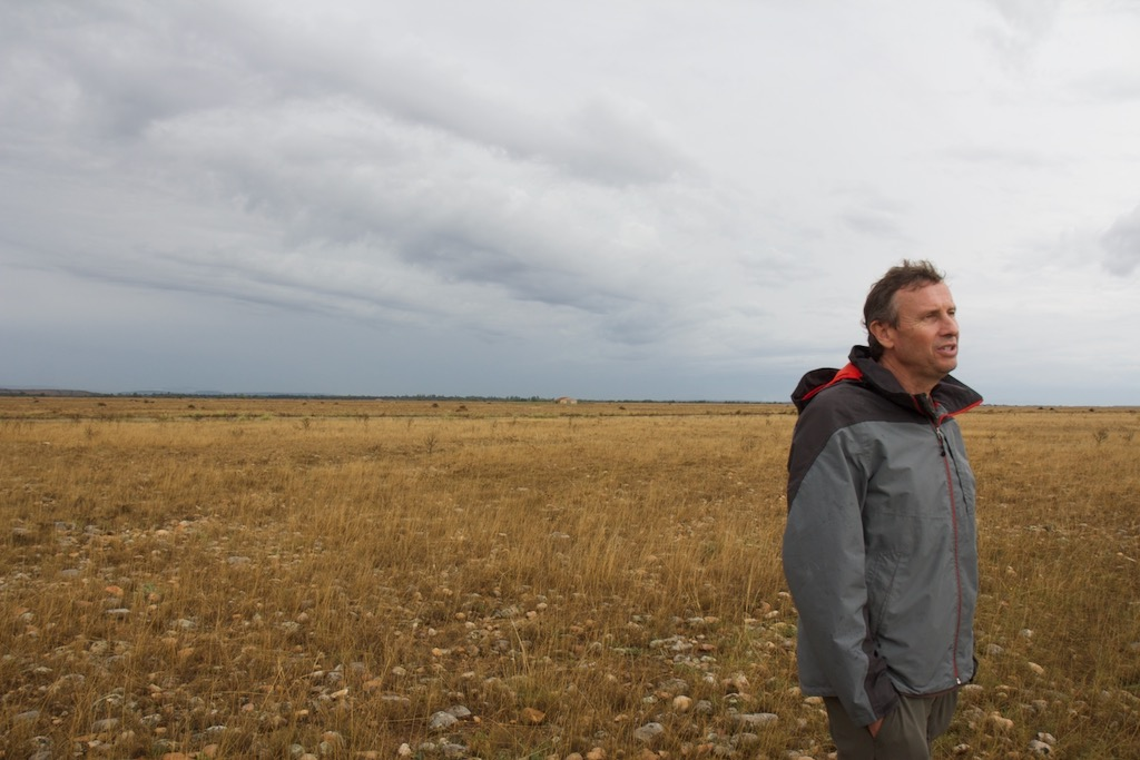Thierry Dutoit dans son laboratoire en milieu semi-controlé Plaine de Crau,  Photographie Samy Bérard, plaine de Crau - 2020